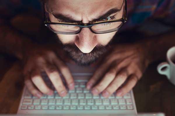 homem monitorar e fidelizar cliente