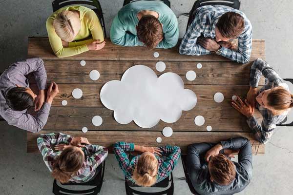 equipe estudando para fidelizar seus clientes