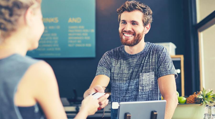 vendedor com cliente feliz e fiel